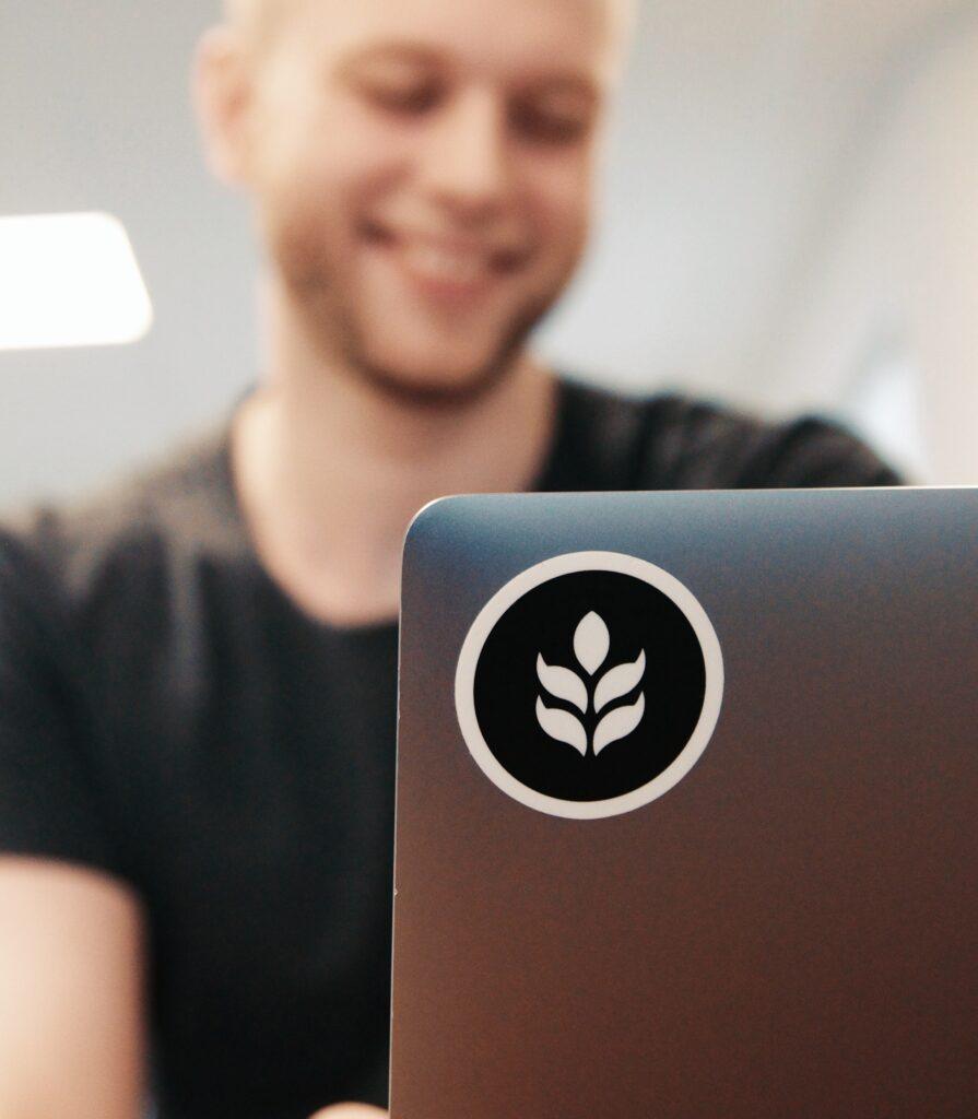Johannes nyttjar båda Great Hub:s coworkingplatser